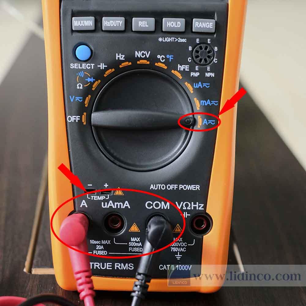 Cách cắm que đo để đo dòng điện bằng vom