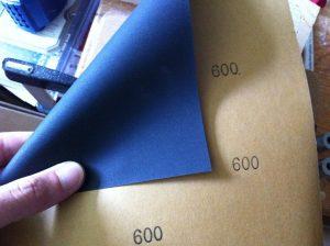 Sử dụng giấy nhám để làm mới mũi hàn củ
