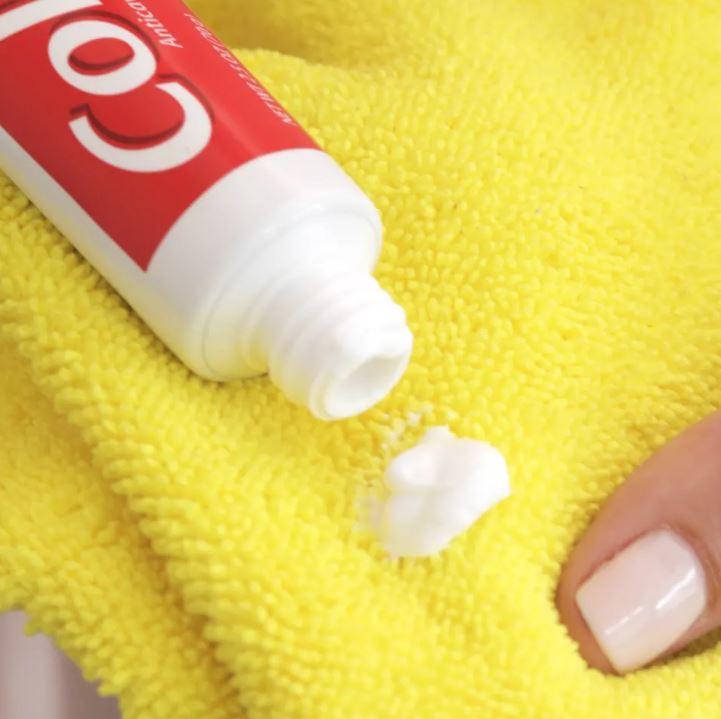 Đánh bóng kính bằng kem đánh răng